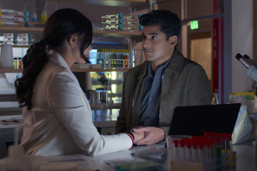 NEVER HAVE I EVER (L to R) RICHA MOORJANI as KAMALA and RUSHI KOTA as PRASHANT in episode 204 of NEVER HAVE I EVER Cr. COURTESY OF NETFLIX © 2021